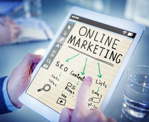 Tablet con datos de marketing