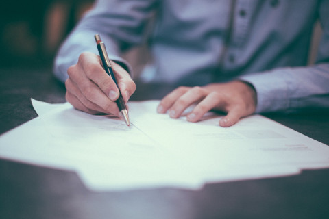 Hombre rellenando formularios para convalidar un título