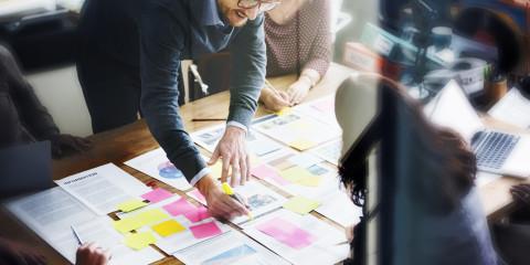 Responsables haciendo un plan de marketing
