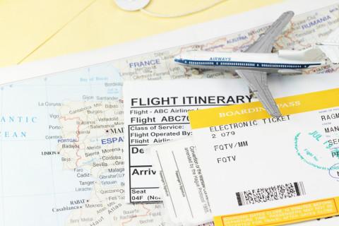 Billetes de avión sobre un mapa