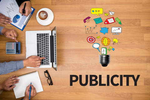 Equipo trabajando en  publicidad y relaciones públicas