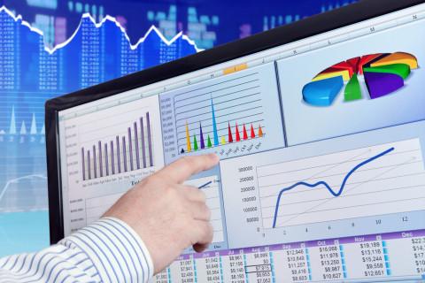 Empleado analizando un estudio de planeación financiera