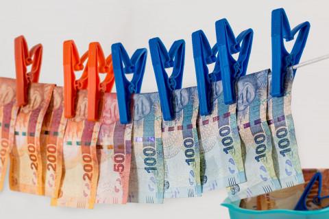 Dinero tendido simbolizando blanqueo de capitales