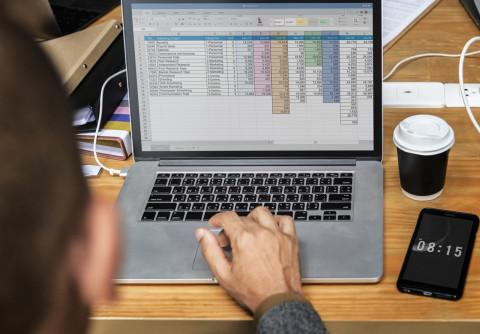 Trabajador con un ordenador
