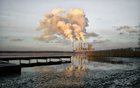 Procesos industriales contaminando aire y agua