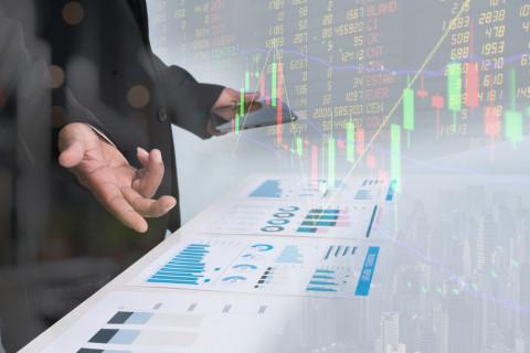 Analista financiero trabajando