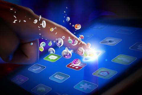 Teléfono recibiendo mensajes de mobile marketing