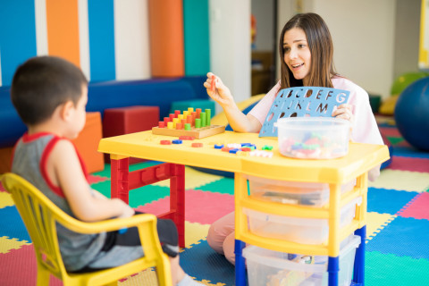 Profesora con un niño en clase