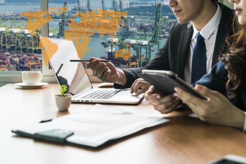 Empresarios negociando frente a un ordenador
