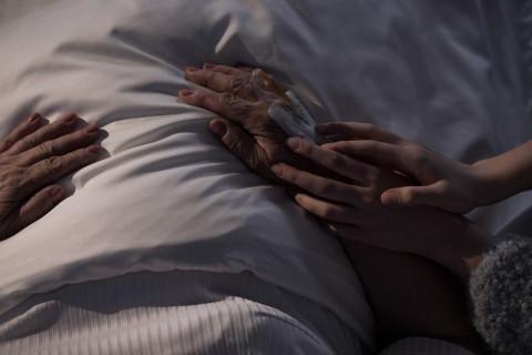 Enfermo terminal recibiendo cuidados paliativos