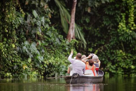 Excursión en un río en un programa de ecoturismo