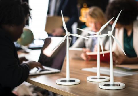 Trabajadores haciendo proyectos energéticos