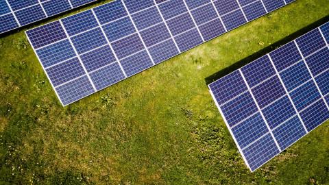 Paneles solares, ejemplo de energías renovables