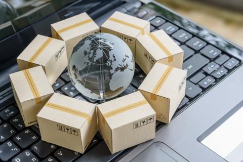 Paquetes sobre un ordenador simbolizando logística