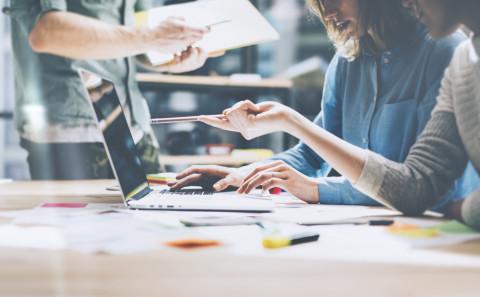 Equipo de marketing digital trabajando