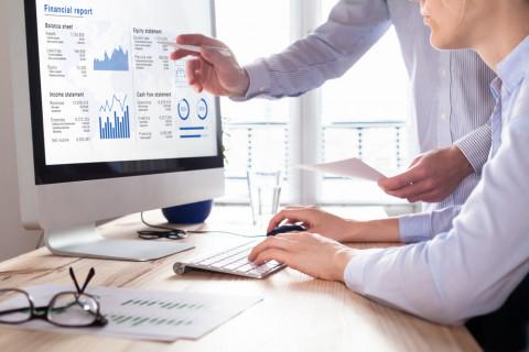 Empleados haciendo una auditoría financiera