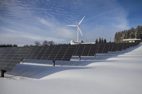 Molino de viento y paneles solares