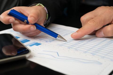 Asesor haciendo análisis financiero