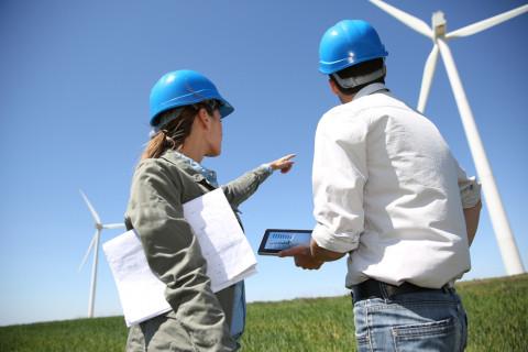 Expertos trabajando en energía eólica tras estudiar un máster en energías renovables