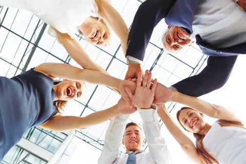 Trabajadores dándose la mano