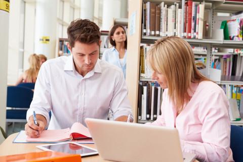 Estudiante de un máster con su profesora