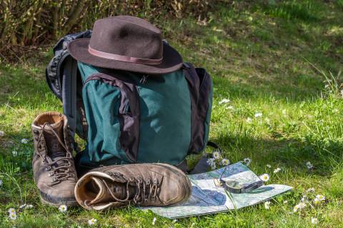 Mochila y botas simbolizando especialización en ecoturismo