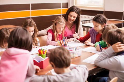 Experta en neuropsicología en el ámbito educativo dando clase