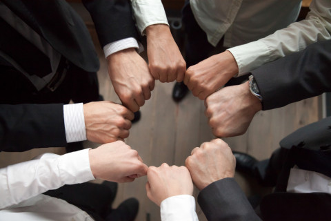 Trabajadores chocando las manos