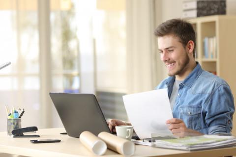 Alumno de una escuela de negocios estudiando online