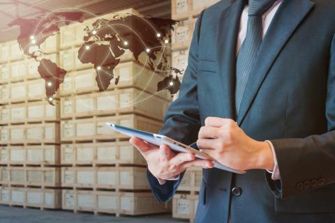 Profesional trabajando tras estudiar un Máster en Comercio Internacional