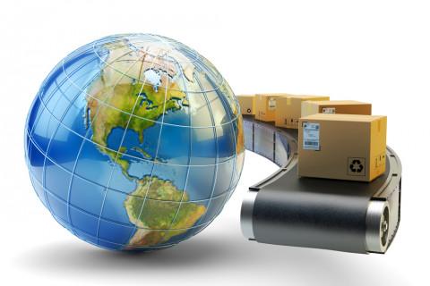Paquetes y bola del mundo simbolizando comercio internacional