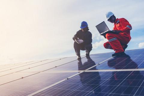 Trabajadores sobre paneles solares