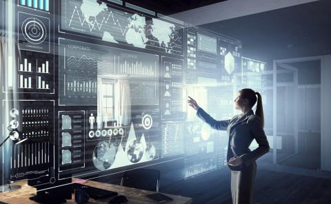 Experta en tecnologías de la información ante un panel