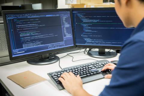 Experto en tecnologías de la información trabajando