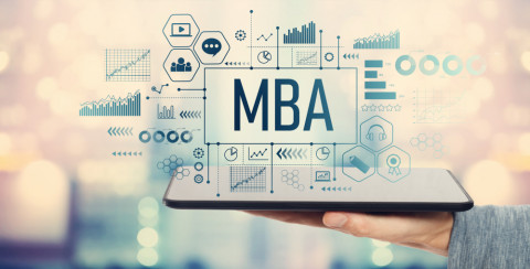 Hombre con una tablet que pone MBA
