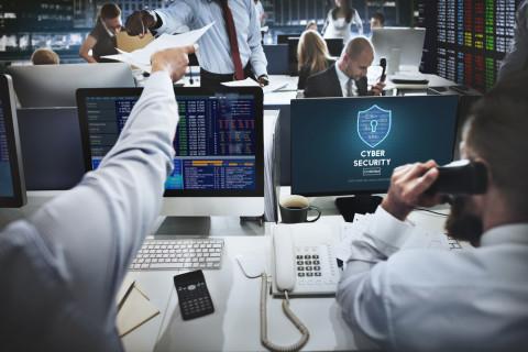 Especialistas en ciberseguridad trabajando