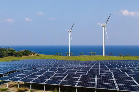 Paneles de energía solar y molinos de viento