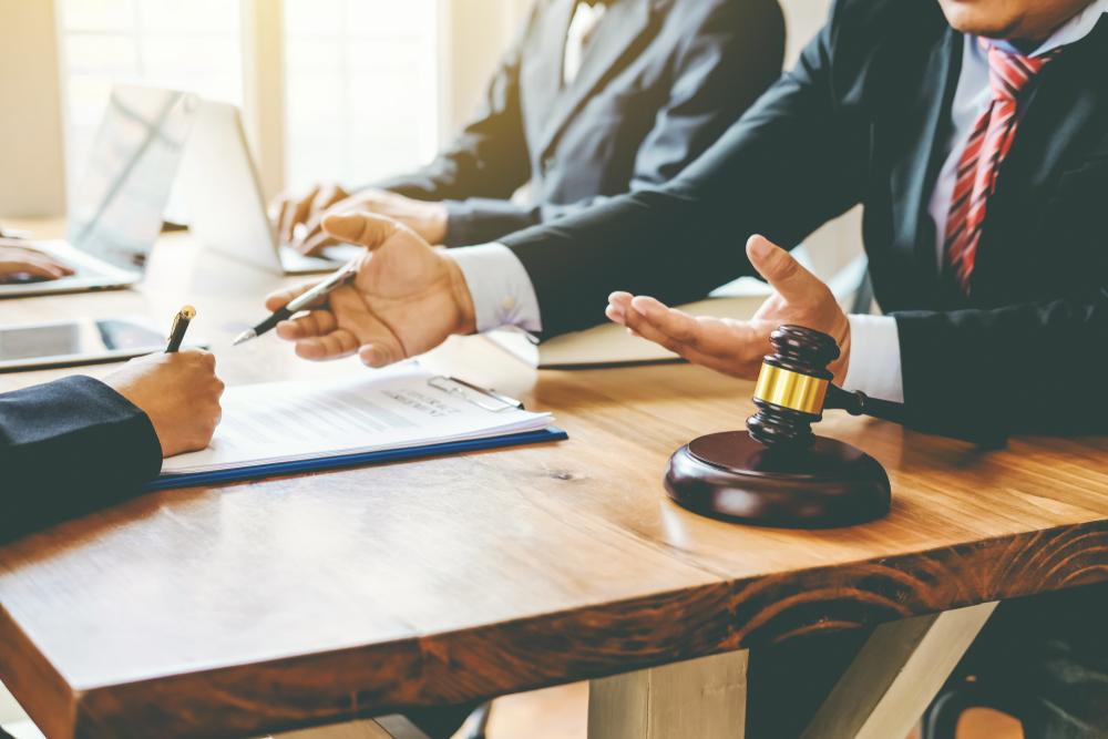 ¿De qué trata la psicología forense? Imagen obtenida de: https://www.ceupe.com/images/easyblog_articles/1599/abogados.jpg