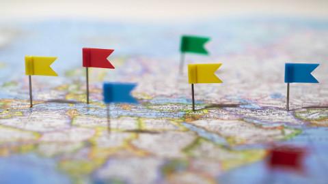 Mapa con señales simbolizando Dirección Comercial de Empresas Turísticas