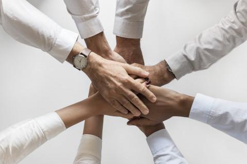 Trabajadores con las manos juntas