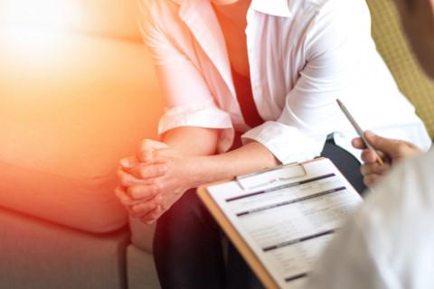 Psicólogo forense en consulta