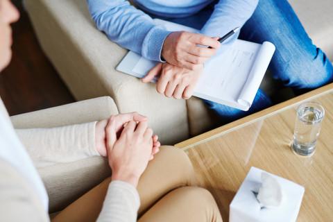Experto en psicología forense con un paciente