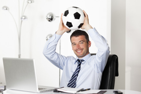 Especialista en Administración de Negocios deportivos con un balón
