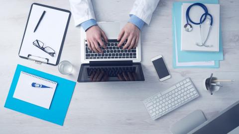 Director médico trabajando