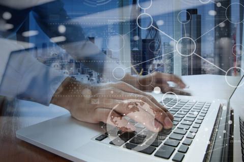 Especialista en Big Data con un ordenador