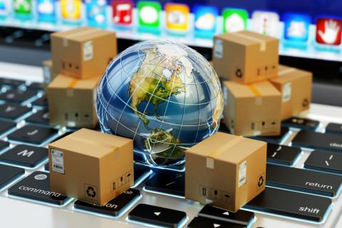 Ordenador con cajas y un globo del mundo