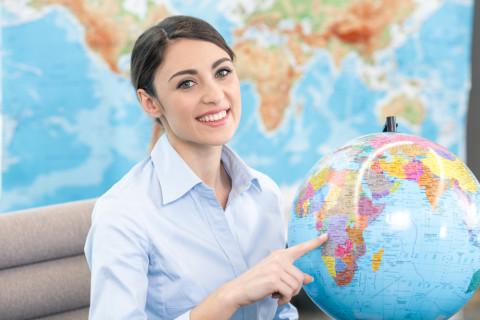 Profesional en administración de empresas turísticas con un mapa