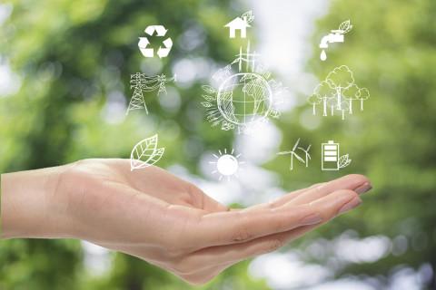 Mano con símbolos de medio ambiente