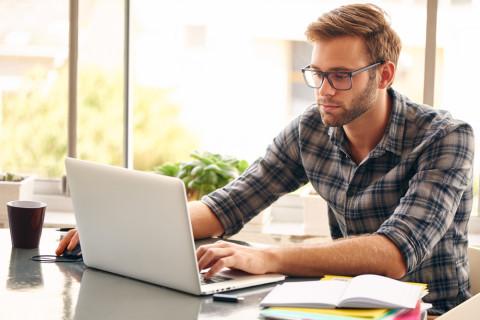 Estudiante haciendo un curso online