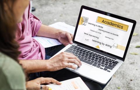 Chicos estudiando online